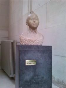 """alt=""""tintin statue"""""""