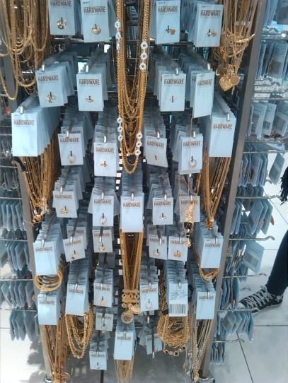alt=<vintage jewellery>