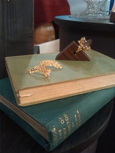 alt=<gold crown earrings>