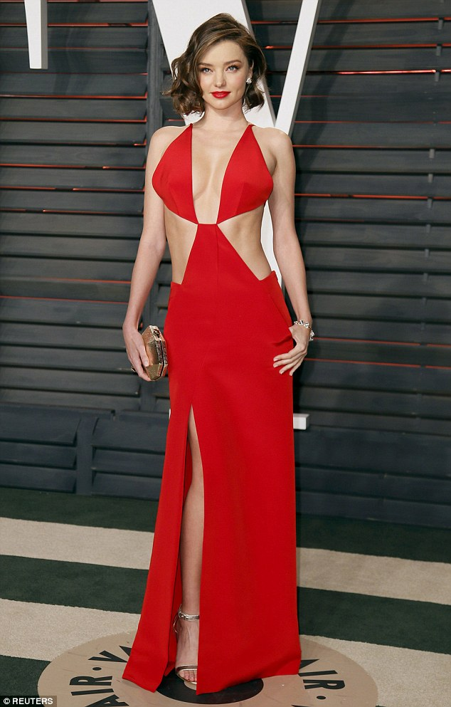 31AF265500000578-3469028-Red_hot_Miranda_Kerr_showed_off_plenty_of_flesh_in_a_dazzling_sc-m-90_1456737639970.jpg