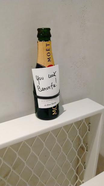 alt=<Moet champagne>